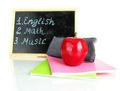 Caixa de lápis com equipamento escolar e calendário isolado no branco — Fotografia Stock