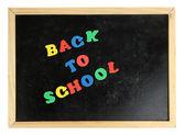 Terug naar school bericht in kleurrijke letters geschreven op schoolbestuur close-up — Stockfoto