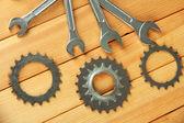 Metalen tandwielen en steekringsleutels op houten achtergrond — Stockfoto