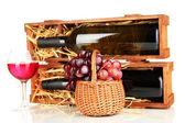 Dřevěné pouzdro s láhví vína, sklenice na víno a hroznovou izolovaných na bílém — Stock fotografie