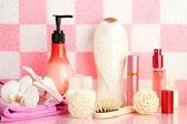 ピンクのタイルの背景で壁のバスルームの棚の上の浴室のアクセサリ — ストック写真
