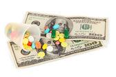 Pillen en geld geïsoleerd op wit — Stockfoto