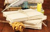 Pile di vecchie lettere sul tavolo di legno — Foto Stock