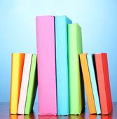 Trave multicolor böcker på blå bakgrund — Stockfoto