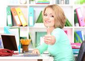 Vacker ung affärskvinna arbetande i kontor — Stockfoto