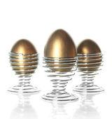 Drei eier in eierbecher isoliert auf weiss — Stockfoto
