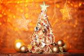 Kuru limon dekor turuncu zemin üzerine ile güzel Noel ağacı — Stok fotoğraf