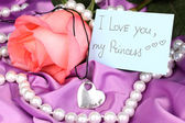 Beautiful pink rose with heart pendant — Foto Stock
