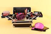Otwórz sprawę z kosmetyków na żółtym tle — Zdjęcie stockowe