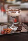 Cocktail na mesa no café creme — Fotografia Stock