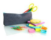 Κιβώτιο μολυβιών με εξοπλισμός σχολείων που απομονώνονται σε λευκό — Φωτογραφία Αρχείου