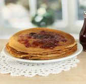 Panquecas doces na chapa com geléia na mesa na cozinha — Foto Stock