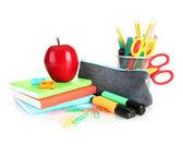 Okul ekipmanları ve apple üzerinde beyaz izole kalem kutusu — Stok fotoğraf