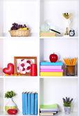 Schöne weiße regale mit verschiedenen heimat verbundener objekte — Stockfoto
