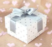 与银丝带,颜色背景上彩色礼品盒 — 图库照片