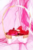 Cesta de casamento com pétalas de rosa — Fotografia Stock