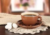 杯咖啡,在房间的桌子上的围巾 — 图库照片