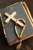 圣经、 佛珠及木制表特写上的十字架 — 图库照片