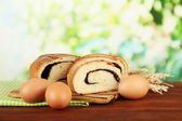 Chleb z makiem na deski do krojenia, na jasnym tle — Zdjęcie stockowe