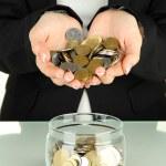 ahorro, manos femeninas poner monedas en botella de vidrio, aislado en blanco — Foto de Stock