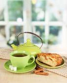 部屋のテーブルの上のスカーフとお茶のカップ — ストック写真