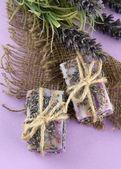 мыло натуральное ручной работы, на фиолетовом фоне — Стоковое фото