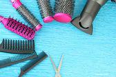 Hřeben kartáče, fénem a nůžky, na barvu pozadí — Stock fotografie