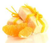 Jabón natural hecho a mano y naranja, aislado en blanco — Foto de Stock