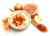 Cottage cheese in bowl with homemade fruit jam, isolated on white — Stock Photo