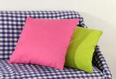 Bunte kissen auf sofa isoliert auf weiss — Stockfoto