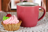 Tasse de thé avec le gâteau sur la table dans la salle — Photo