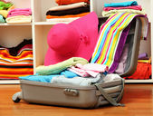 Ouvrir la valise argent avec des vêtements dans la chambre — Photo