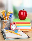 木製のテーブル上のクロックとリンゴの学用品 — ストック写真
