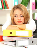 Tired business woman working in office — Stockfoto