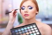 Portrét krásné mladé ženy s tvorbou make-up v salonu krásy — Stock fotografie