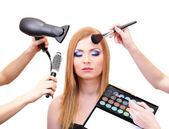 Güzel bir genç kadın ve eller gözler gölgeler, fırça ve saç kurutma makinesi, üzerinde beyaz izole — Stok fotoğraf