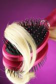 Peine cepillo pelo sobre fondo púrpura — Foto de Stock