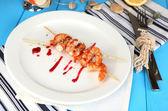 жареные креветки с соусом на плите на деревянном столе макро — Стоковое фото