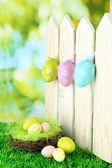 Konst påsk bakgrund med ägg hängande på staket — Stockfoto