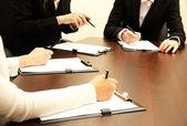 κοντινό πλάνο επιχειρήσεων χέρια κατά τη διάρκεια της ομαδικής εργασίας — Φωτογραφία Αρχείου