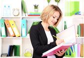 Mooie jonge zakenvrouw werken in office — Stockfoto