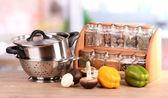 Composizione di utensili da cucina, spezie e verdure sul tavolo in cucina — Foto Stock