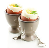 Gekochte eier in eierbecher, isoliert auf weiss — Stockfoto