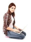 Piękna młoda kobieta z laptopa na białym tle — Zdjęcie stockowe