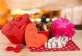 Zoete koekjes in de doos van de gift op tafel in café — Stockfoto