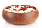 Keso i färg skål med röda bär, isolerad på vit — Stockfoto