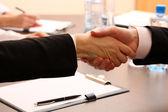 Företag som skakar hand, på office bakgrund — Stockfoto