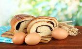 面包和罂粟种子上切板,在明亮的背景上 — 图库照片