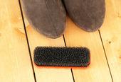 Cepillo para zapatos de gamuza, sobre fondo de madera — Foto de Stock