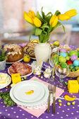 Che serve la tabella di pasqua con gustosi piatti sullo sfondo della camera — Foto Stock